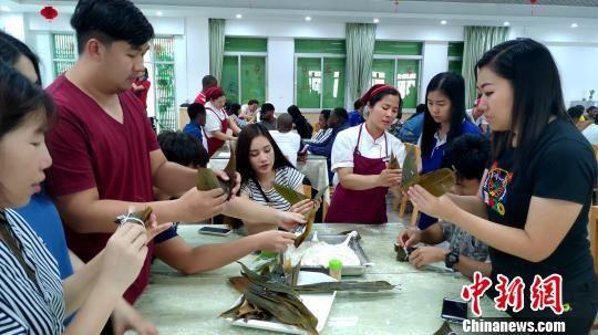 餐厅厨师向留学生现场传授包粽子诀窍。杨伏山 摄