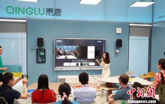 """中国高等教育博览会上的青鹿智慧教室""""样板间""""。钟欣摄"""
