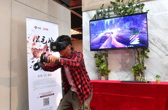 """福州大学外国语学院2018级英语专业学生晋松正在体验VR游戏""""松毛岭战役""""。吕明 摄"""