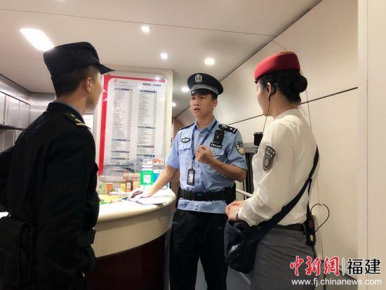 图为乘警向列车长以及随车机械师传达夏季消防检查的实施步骤