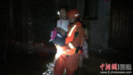 长汀消防指战员迅速出动,先后解救10名遇险群众。