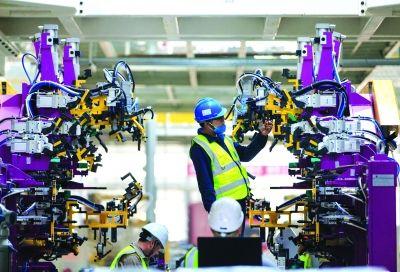 上汽宁德基地主机厂车身车间,技术人员对夹具自动流水线设备进行调试。