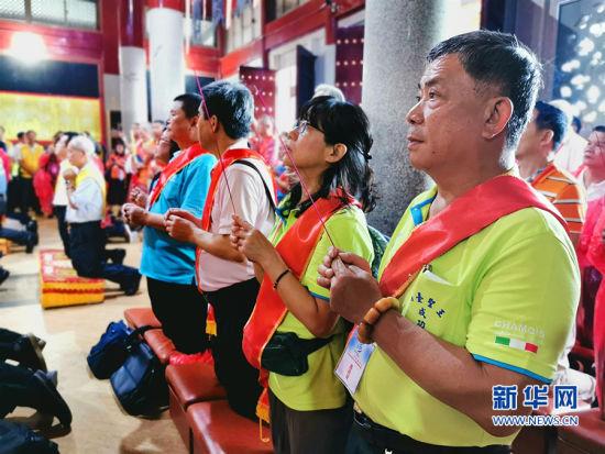 6月11日,纪念郑成功诞辰395周年系列活动在福建南安举行,图为台湾同胞在南安郑成功宫庙上香祈福。新华网发(林楷煜 摄)