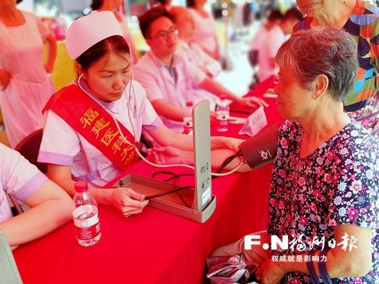 医护人员在器官捐献宣传活动现场义诊。