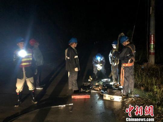 6月10日晚,沙县供电公司公司员工冒雨在10kV官板线917线路82号杆杆基塌方故障现场抢修。三明电力供图