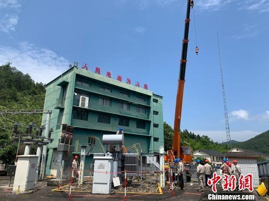 6月11日上午,将乐县供电公司抢修35kV常口变电站主变。三明电力供图