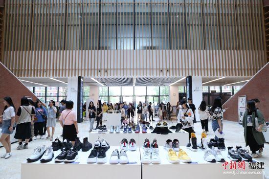 1 13日,福州大学厦门工艺美术学院在福州大学晋江科教园举办首届晋江校区服装与服饰毕业设计作品展演与专场招聘会。林坚 摄