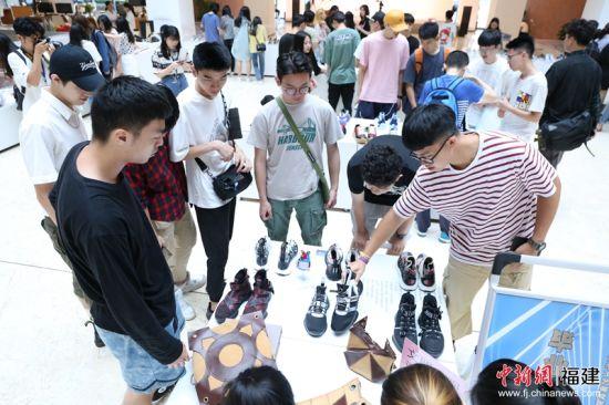 2活动吸引了晋江市相关政府部门,晋江市纺织服装、制鞋企业及相关工业协会负责人,晋江职业院校相关专业师生共计350余人参加。图为观众正在看展。林坚 摄