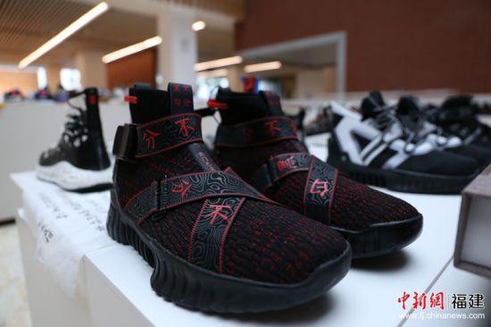 """4据介绍,本次展出的运动、休闲类鞋靴中已有35件被企业采用。图为展出作品""""非黑即白"""",已与晋江著名品牌签约合作,并将投入量产。林坚 摄JPG"""