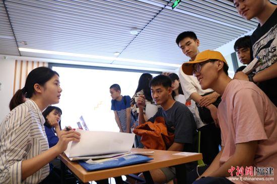 6校企人才招聘对接会上,约有20余家晋江企业到现场为福州大学厦门工艺美术学院学生提供求职咨询。图为学生正在与企业负责人沟通。林坚 摄
