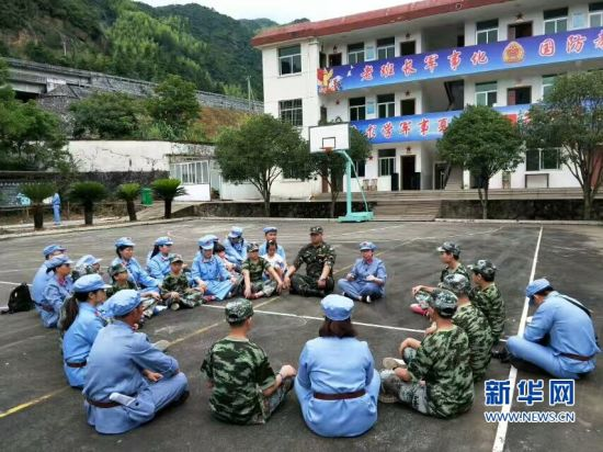 张珍秀与军事夏令营的孩子分享红色故事(材料图)。新华网发(图片由受访者提供)