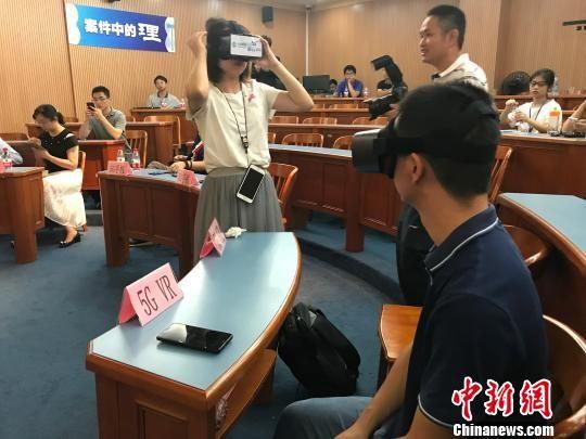 体验者正在用VR设备观看庭审现场画面。 黄咏绸 摄