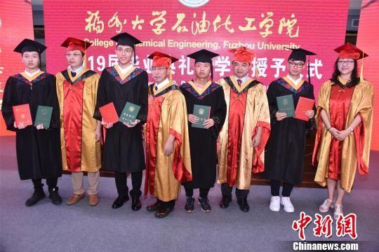 20日,福州大学石油化工学院2019届毕业典礼在福建省泉州市泉港区举行。 陈龙山 摄
