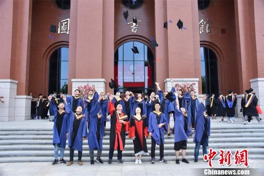 该学院238名本科生、95名研究生毕业生走出校园,投身石油化工行业。 陈龙山 摄