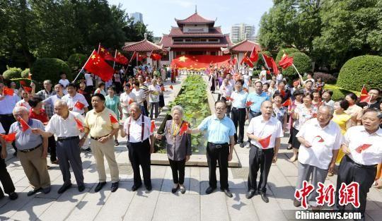 """6月20日,福建泉州市举行离退休干部庆祝新中国成立70周年""""我和我的祖国""""音乐""""快闪""""活动。 林劲峰 摄"""