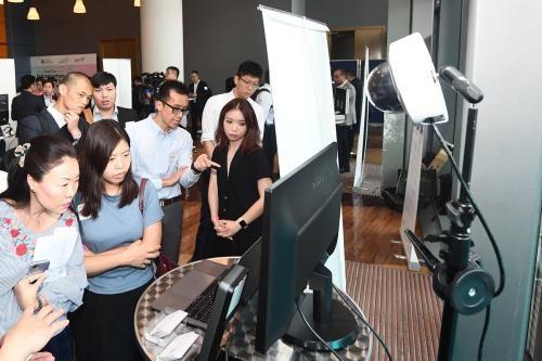香港智慧政府创新实验室首办技术论坛,展示创科方案和产品。图片来源:香港特区政府新闻网