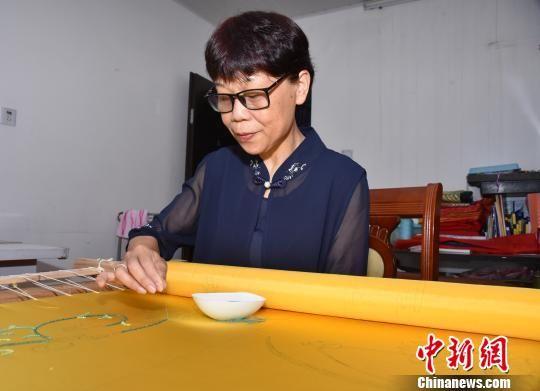 陈克忍传承珠绣技艺五十载,绣品远销40多个国家和地区。 陈龙山 摄