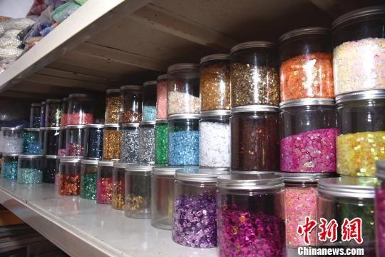 工作坊内堆放了众多采购自东南亚的珠子和珠片。 陈龙山 摄