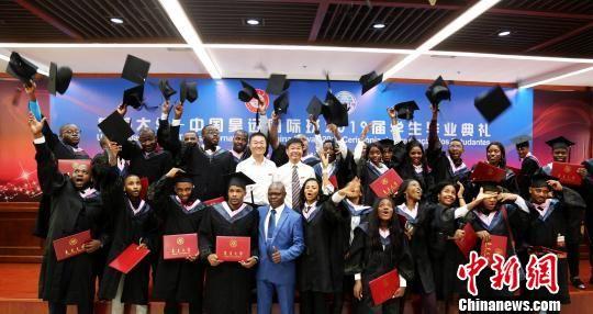 来自安哥拉的32名留学生在集美大学学成毕业。集美大学供图 供图 摄