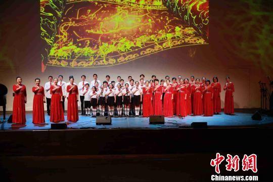 配乐诗朗诵《致中国》。驻杜塞尔多夫总领馆供图