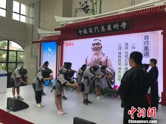 图为北美华裔青少年身着汉服,行拜师礼,体验国学礼仪。 黄咏绸 摄
