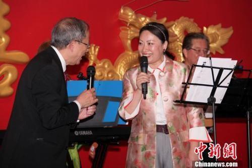 图为出席庆典的中国驻卡尔加里总领事陆旭(右)与第二度连任埃德蒙顿中华会馆主席的李世昌合唱歌曲,为活动助兴。余瑞冬 摄