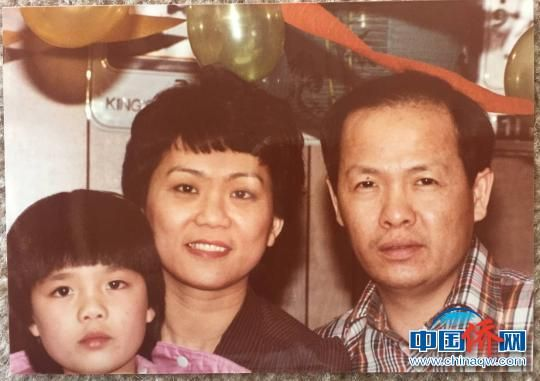 上世纪70年代,吕诗澄(右一)与太太和女儿在美国的合影。 受访者供图 摄