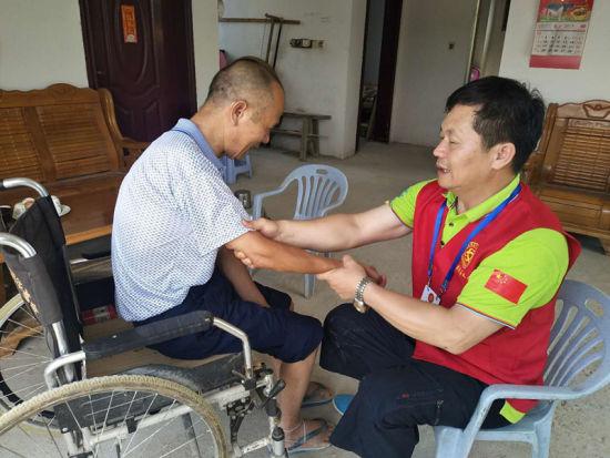 陈振富为贫困残疾人免费按摩、推拿,帮助残疾人康复身体