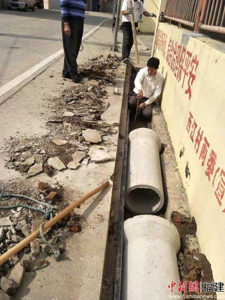 西江村铺设排污管道