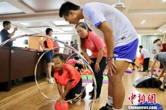 夏令营通过为期5至7天时间的各类融合体育活动实践,提高智力障碍人群与健全人群的身体机能,培养运动员与伙伴的合作关系。 陈静枭 摄