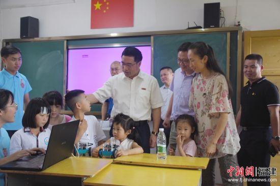 """""""红色科技成长营""""支教课堂上,福州大学副书记林生正与小朋友互动。福州大学 供图"""