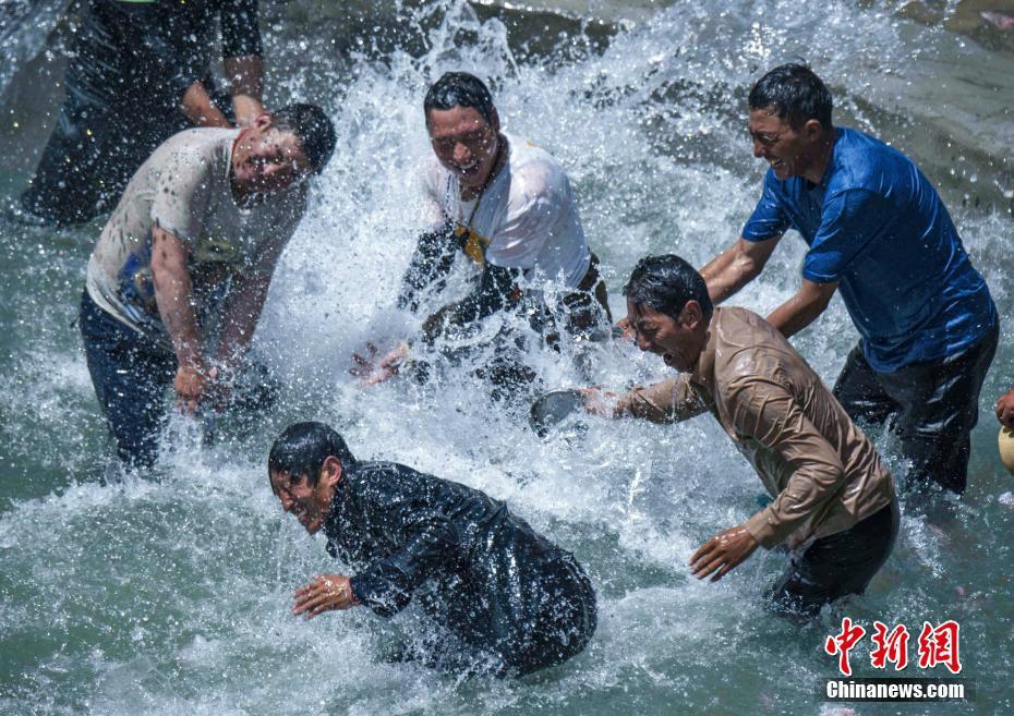 青海玉树藏族古村落迎泼水节 祈幸福安康