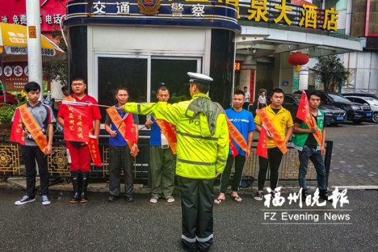 民警对受到顶格处罚的人员进行执勤前的培训。