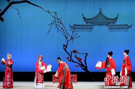 7月13日晚,由福建京剧院复排的程派经典剧目《御碑亭》,在福州福建凤凰剧院首演。 记者刘可耕 摄