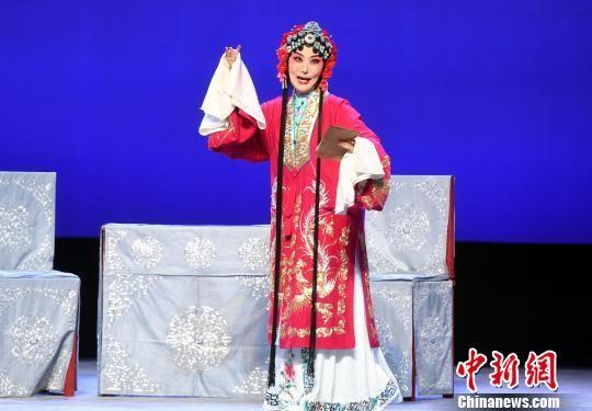 福建京剧院副院长、著名程派青衣孙劲梅剧中饰演孟月华。 记者刘可耕 摄