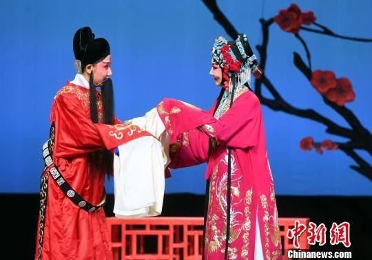 该剧由福建京剧院副院长、著名程派青衣孙劲梅(右一)领衔主演。 记者刘可耕 摄