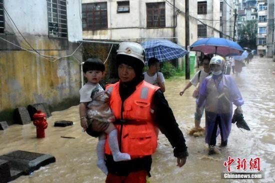 7月7日,受连日来强降雨影响,福建省三明市泰宁县县城出现严重内涝,当地消防救援部分矫捷组织救援力量,安全转移受困大众百余人。中新社发 三明消防 供图