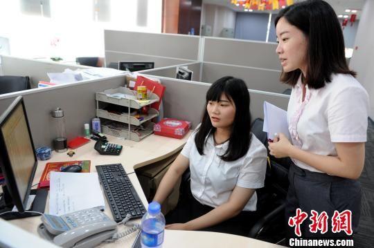 厦门银行实习导师游心敏(右)理解台湾学生实习环境。 张金川 摄