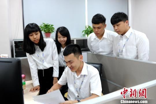 台湾学生卖命听取实习导师的金融业务介绍。 张金川 摄