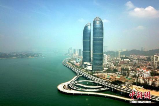 资料图:福建厦门地标建筑之一—世贸双子塔。王东明 摄