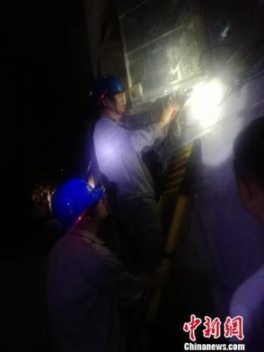 21日夜里,三明市防汛部门启动气象灾害四级应急响应,电力部门加强供电线路特巡。三明电力供图