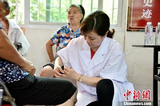 工作团队医生为病人针灸。供图