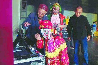 赴安溪演出时,演员在简陋的后台补妆。
