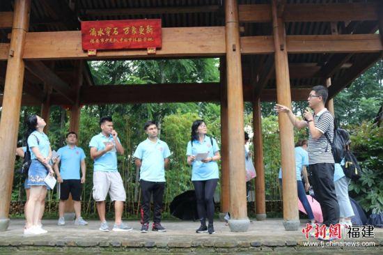 图为实践队队员先前在福建宁德市实践调研。冯浩 摄