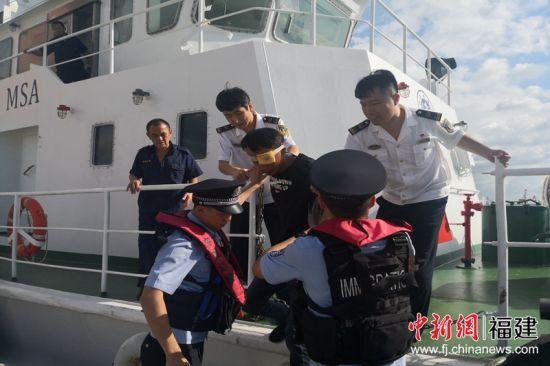 一新加坡籍散货船水手眼睛不慎被机器误伤,泉州海事紧急救助。