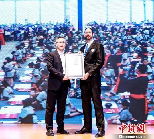 世界纪录认证机构WRCA首席认证官Damir First向活动主办机构、亚洲教育峰会秘书长、字强不息教育集团CEO陈俊清颁发证书。供图