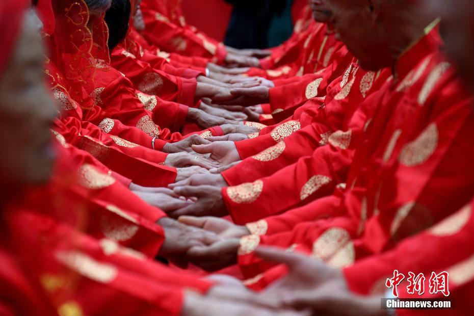 河南洛阳38对老人七夕节参加中式金婚庆典
