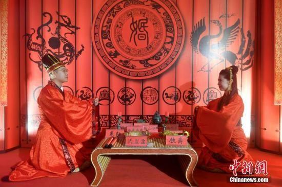 图为来自台湾的陈洪杰与妻子柯一榕体验传统婚俗。中新社记者 吕明 摄