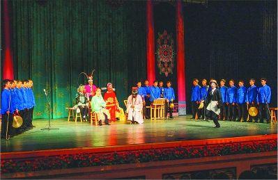戏的表演形式古朴,演员动作生硬,戴着面具如同傩舞。