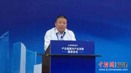 首届企业家昌吉行-产业援疆与产业发展圆桌会议在新疆昌吉州开幕,福建投资集团总经理、党委副书记万崇伟作为省属企业代表发言。